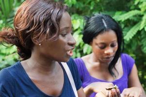 mujer joven hablando con su novia. foto