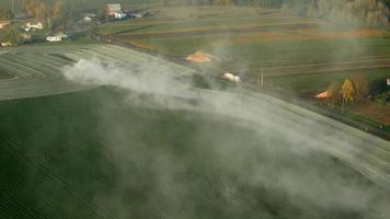 video aéreo del tractor aplicando cal a un campo de hierba en oregon 4k ultra hd