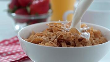 Verter la leche en un tazón de cereal en cámara lenta filmada en phantom flex 4k a 1000 fps video