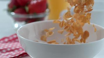 cereal vertido en un tazón en cámara lenta filmada en phantom flex 4k a 1000 fps video