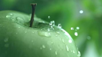 primer plano extremo del goteo de agua en la manzana en cámara lenta filmada en phantom flex 4k a 1000 fps video