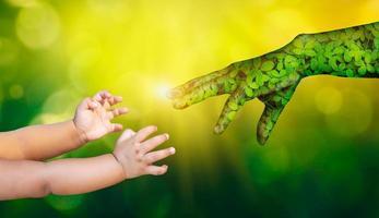 medio ambiente día de la tierra manos de la naturaleza están ayudando a las personas. concepto de la naturaleza. foto