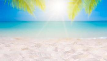 vacaciones de verano playa de arena blanca con espacio para texto hojas de coco marco trasero vista al mar piso energético foto