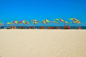 mar, isla, paraguas, Tailandia, Khai island phuket, Tumbonas y sombrillas en una playa tropical foto