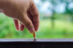 día mundial sin tabaco hombres fumar cigarrillos y enviar un cigarrillo foto
