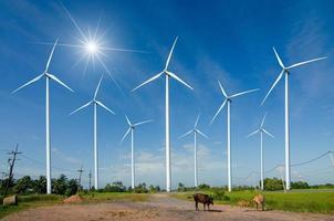 energía de turbinas eólicas energía ecológica verde generación de energía. parque eólico campo ecológico hermoso cielo distrito hua sai nakhon si thammarat Tailandia foto