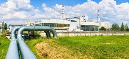 Vista panorámica de la zona del planeta de energía nuclear Ignalina con naturaleza verde alrededor, Lituania foto
