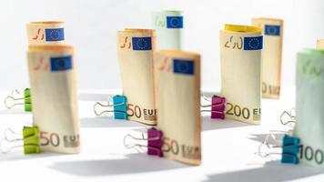 varios cientos de billetes en euros. billetes en euros apilados al azar. dinero en moneda euro. billetes apilados unos sobre otros en diferentes posiciones. foto