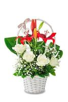 Rosas blancas y ramo de lirios rojos en canasta blanca aislado sobre fondo blanco. foto