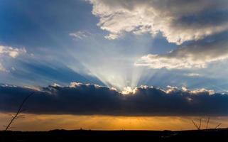 puesta de sol con nubes foto