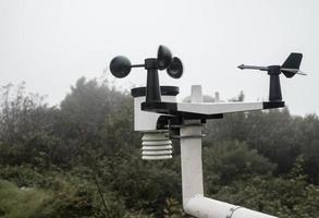 el instrumento meteorológico para medir la velocidad del viento, la temperatura y la humedad y el sistema de células solares en la cima de la montaña Inthanon. foto
