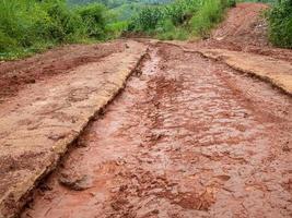 camino de ripio con barro en el campo. foto