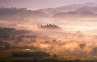 hermoso paisaje al amanecer cielo con nubes en la cima de las montañas. foto