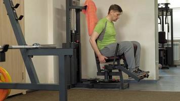 el hombre en el concepto de gimnasio, fitness, salud y estilo de vida video