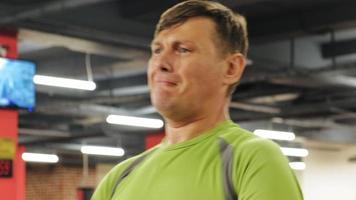 l'homme dans le concept de gym, fitness, santé et mode de vie video