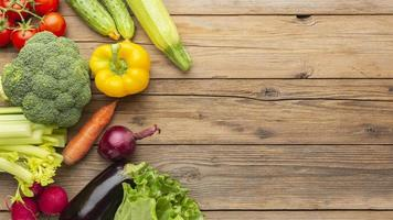 verduras en la mesa de madera laicos plana foto