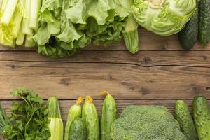 Vista superior de verduras en la mesa de madera foto