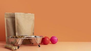 accesorios para mascotas concepto de naturaleza muerta junto a bolsas de papel de comida para mascotas foto