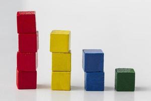 concepto gráfico con coloridos bloques de madera foto