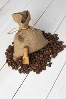 bolsa de tela con granos de café foto