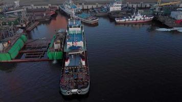 panorering över en hamn fylld med båtar video