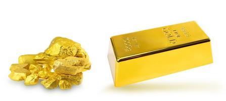 Apilar lingotes de oro de 1 kg y un grupo de pepitas de oro preciosas sobre fondo blanco. foto