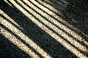 luz del sol brillante y sombras negras duras en la carretera foto
