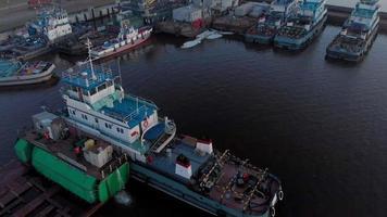 flyg över flodhamnen i skymningen video