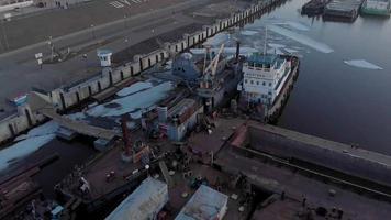 flyger över ett skepp i flodhamnen video