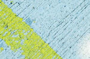 Fondos grunge con pintura descascarada amarilla en la carretera de hormigón textura fluida foto