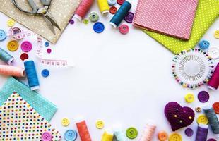 Accesorios de costura sobre un fondo blanco. foto