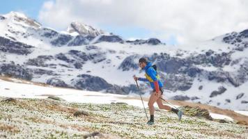 nordic walking en las montañas en primavera foto
