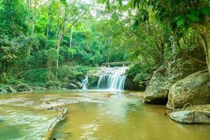 cascada de mae sa en tailandia foto