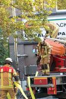 El bombero del departamento de bomberos de Berlín en el trabajo foto