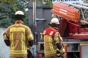 Volvió atrás los bomberos del departamento de bomberos de Berlín en el trabajo en Alemania foto