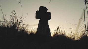 cruz de piedra al atardecer video