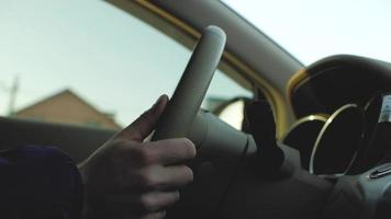 mãos masculinas no volante de um carro video