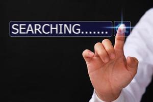 Mano de hombre usando computadora pc para buscar en internet, motor de búsqueda con barra de búsqueda en blanco foto