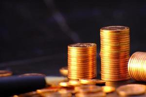 Moneda de dinero en el fondo de la tabla y el concepto de ahorro de dinero y estrategia de crecimiento empresarial del concepto de dinero foto