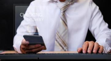 hombre de negocios que trabaja en el teléfono inteligente que controla la carga y el seguimiento de la entrega para el transporte y la red global de logística inteligente foto