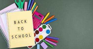 fondo de regreso a la escuela con útiles escolares foto