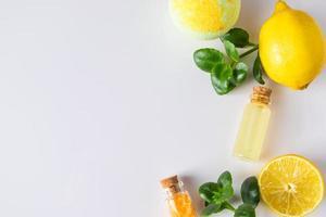 aceite cosmético de limón sobre fondo blanco. producto ecológico para medicina alternativa. foto