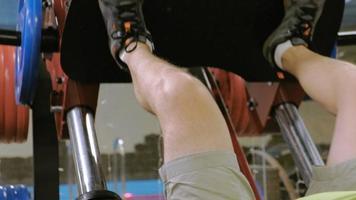 hombre haciendo prensas de piernas video