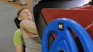haciendo prensas de piernas en el gimnasio video