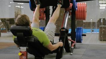 prensas de piernas que se realizan en equipos de ejercicio video