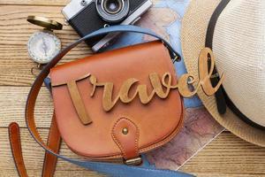 artículos de viaje en la vista superior de fondo de madera foto