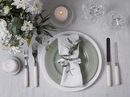 Vista superior del arreglo de boda con anillo y flores de sobre. foto