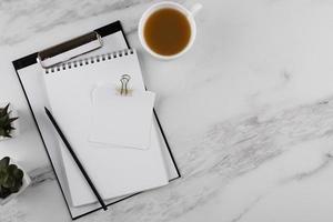 Composición de artículos de escritorio en mesa de mármol. foto