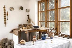 Lugar de trabajo de cerámica con mesa de diferentes creaciones. foto