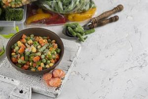 Surtido de alimentos congelados table.composition tabla de alimentos congelados foto